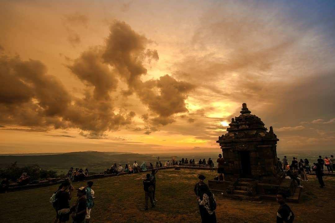 Bagian Pinggir Candi Ijo Jogja Saat Sunset Images From @kuturotibasi