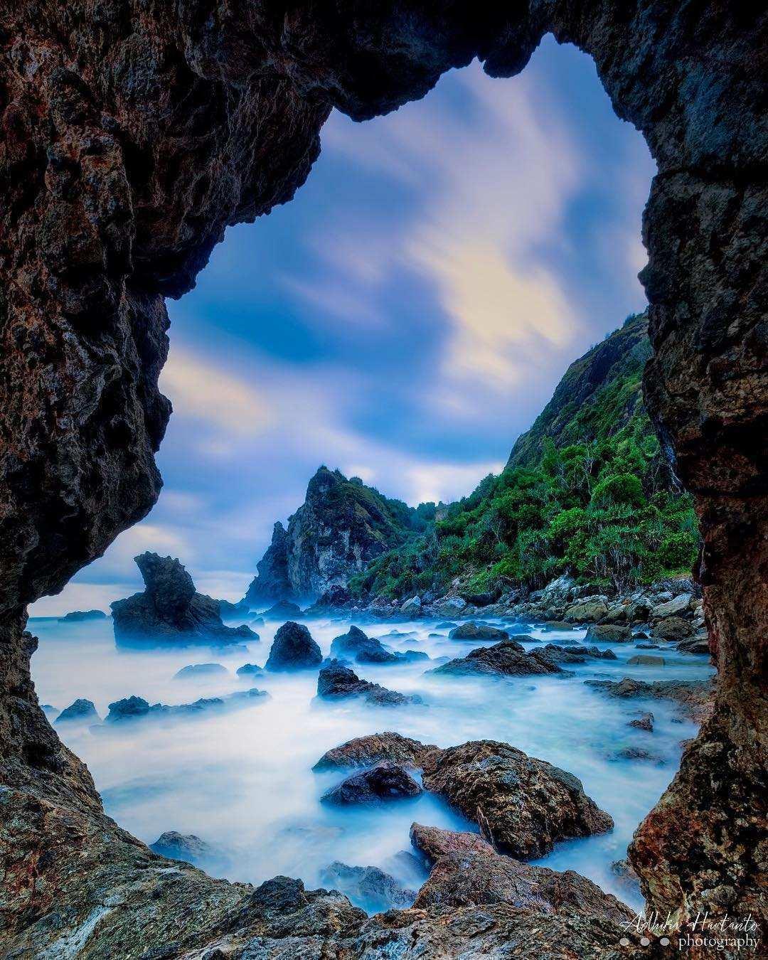 Batu Berlubang di Pantai Watu Lumbung, Images From @adhika_captures