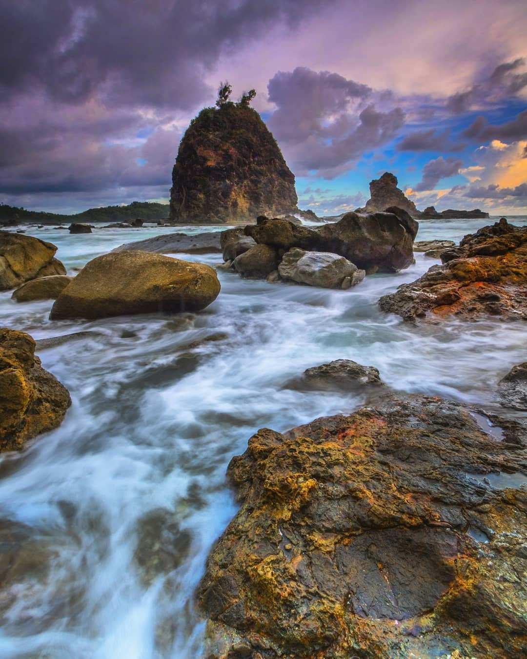 Karang dan Ombak di Pantai Watu Lumbung , Images From @ariswbr