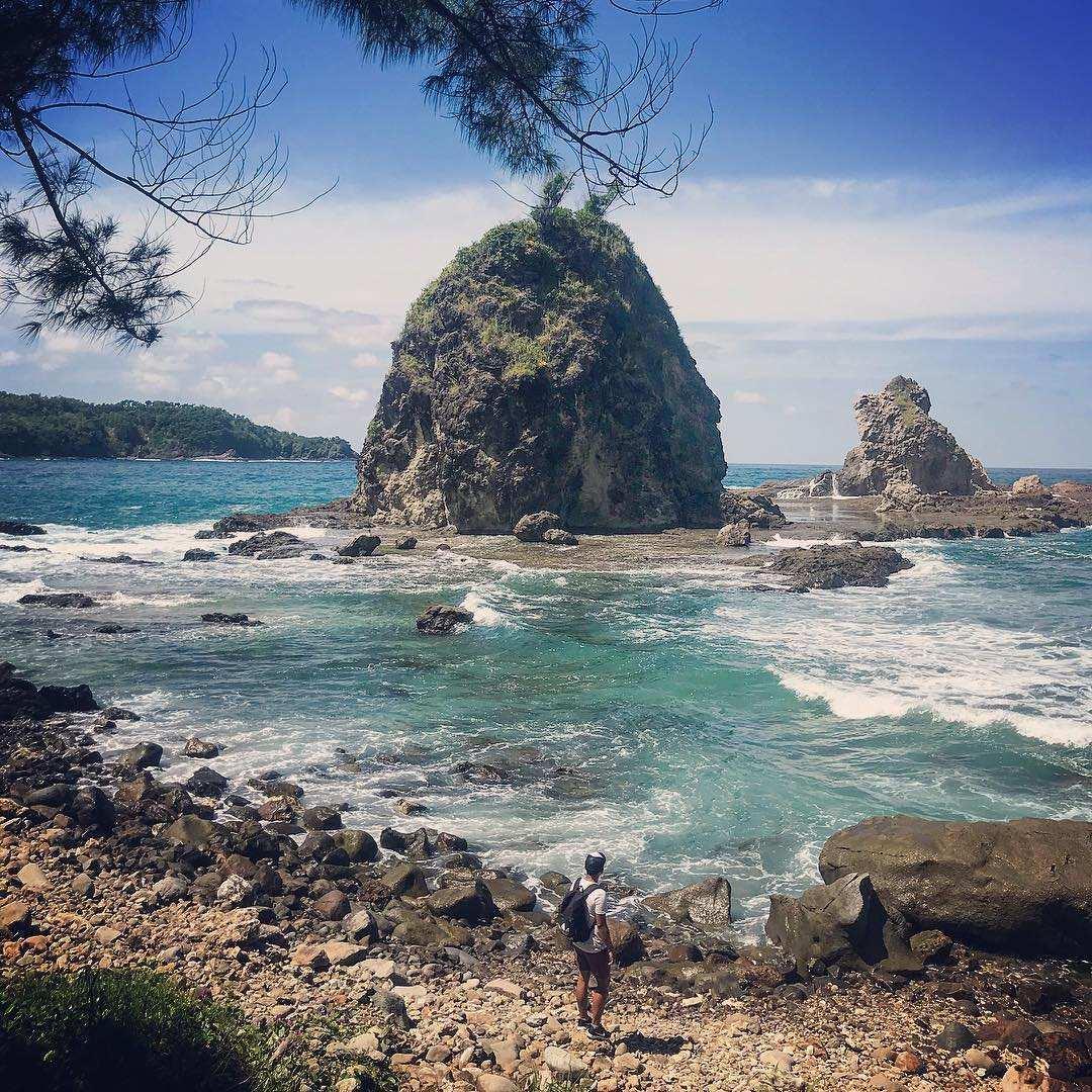 Pinggiran Pantai Watu Lumbung, Images From @adhisetyawanalfarizi