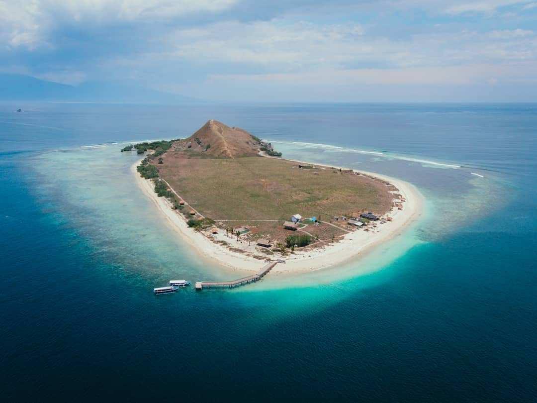 Pulau Kenawa dari Atas Images From @harryhermanan