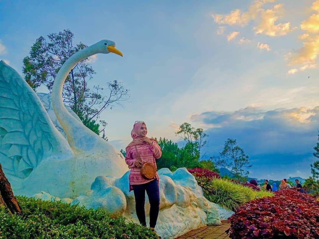 Patung Angsa di Taman Langit Gunung Banyak, Images From @iindahfebrianti