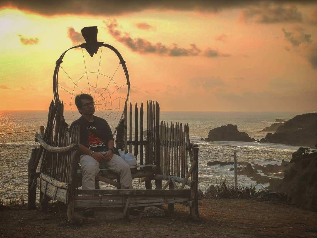 Tempat Duduk di Bukit Pengilon Gunungkidul, Images From @saputradyan