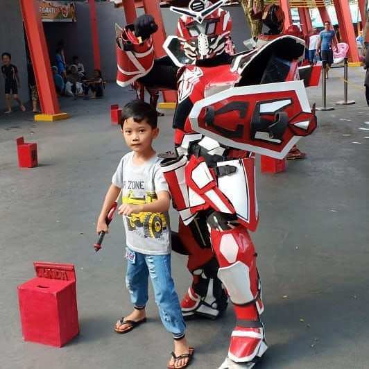Berfoto Bersama Superhero di The Jungle Waterpark Bogor. Image From @ilham_arfa_bagas