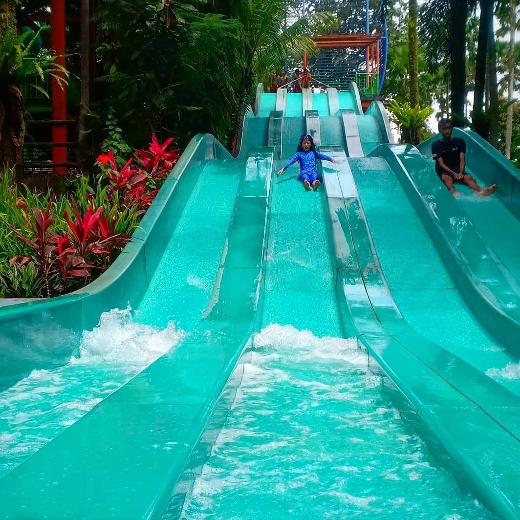 Meluncur di The Jungle Waterpark Bogor. Image From @ciknayqueen