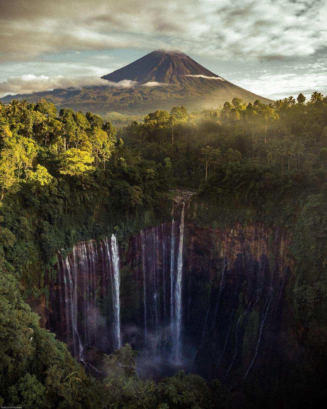 View Gunung dan Air Terjun Tumpak Sewu, Image From @rengga_pasaribu28