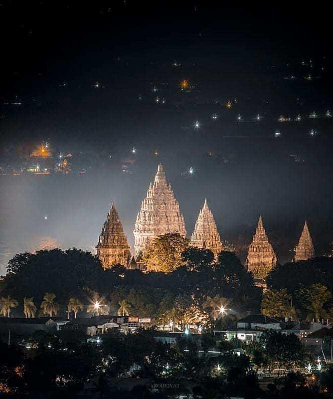 Candi Prambanan Dari Ketinggian Pada Malam Hari, Image From @roh_kyt