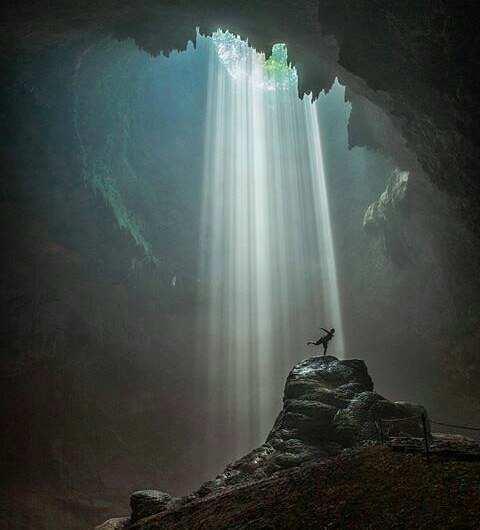 Keindahan Cahaya Yang Menyinari Goa Jomblang, Image From @charles_amaya