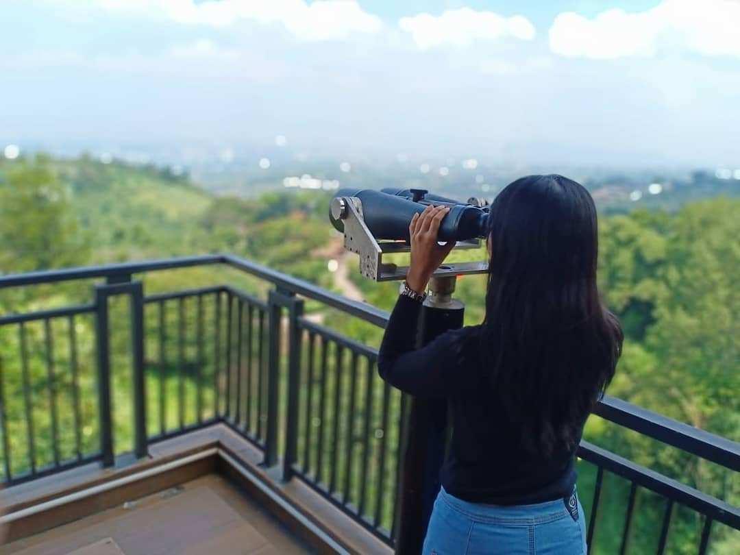 Melihat Pemandangan Menggunakan Teropong di Tebing Keraton Bandung, Image From @khetykeket