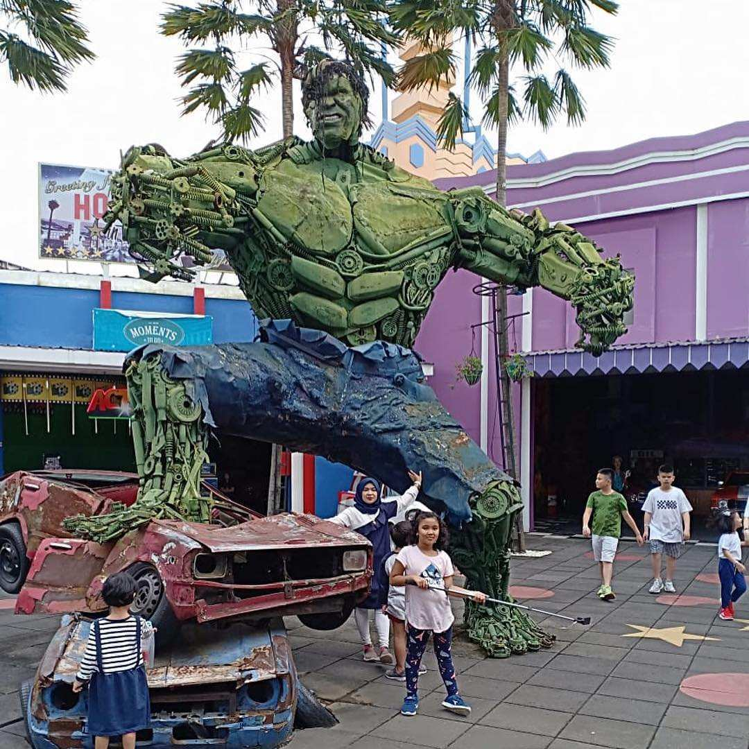 Suasana Pengunjung yang Sedang Foto bersama Patung Hulk di Museum Angkut Malang, Image From @rinazubiw85