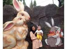 Berfoto Dengan Patung Kelinci di Rabbit Town, Image From @ega_ve