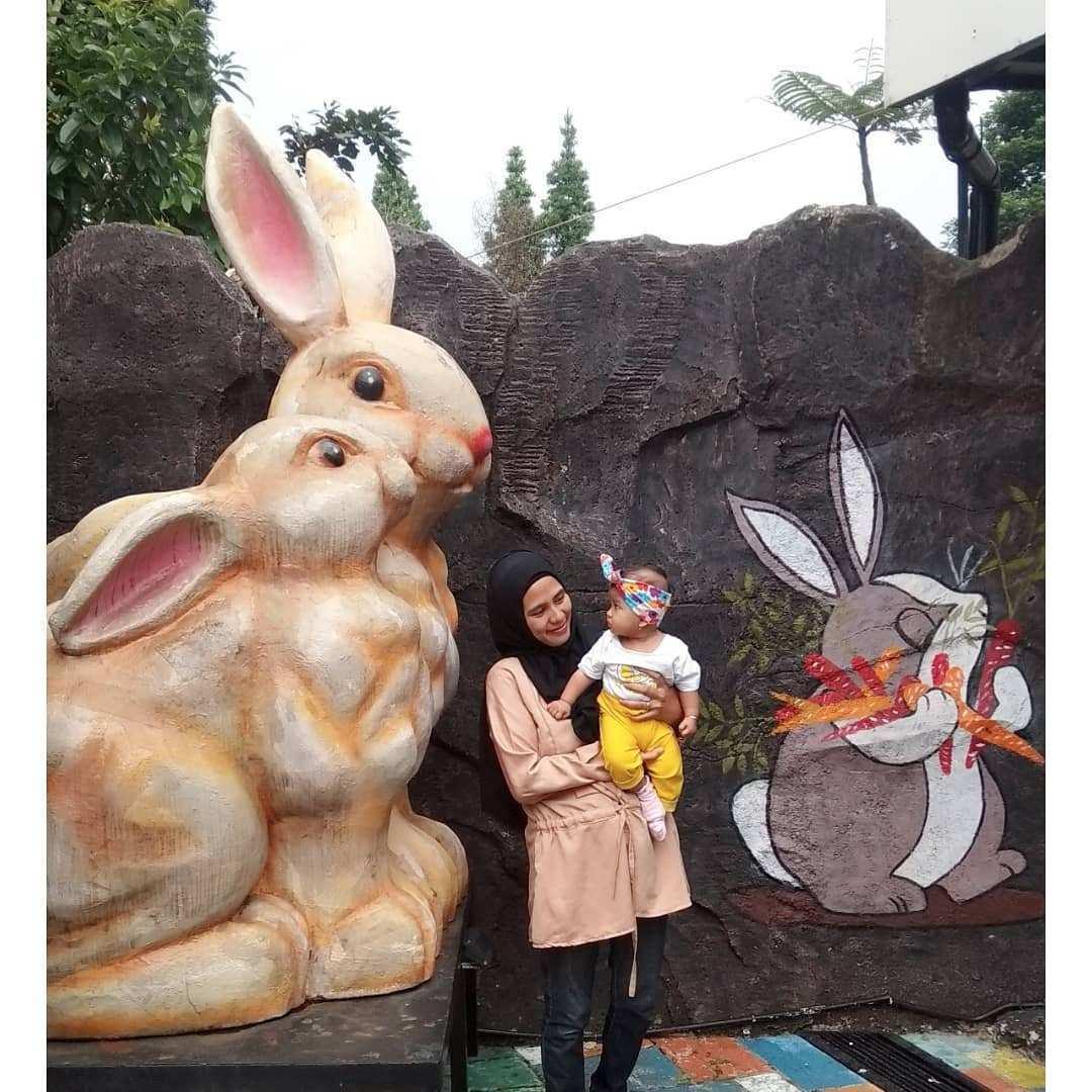 Berfoto Dengan Patung Kelinci di Rabbit Town Image From @ega_ve