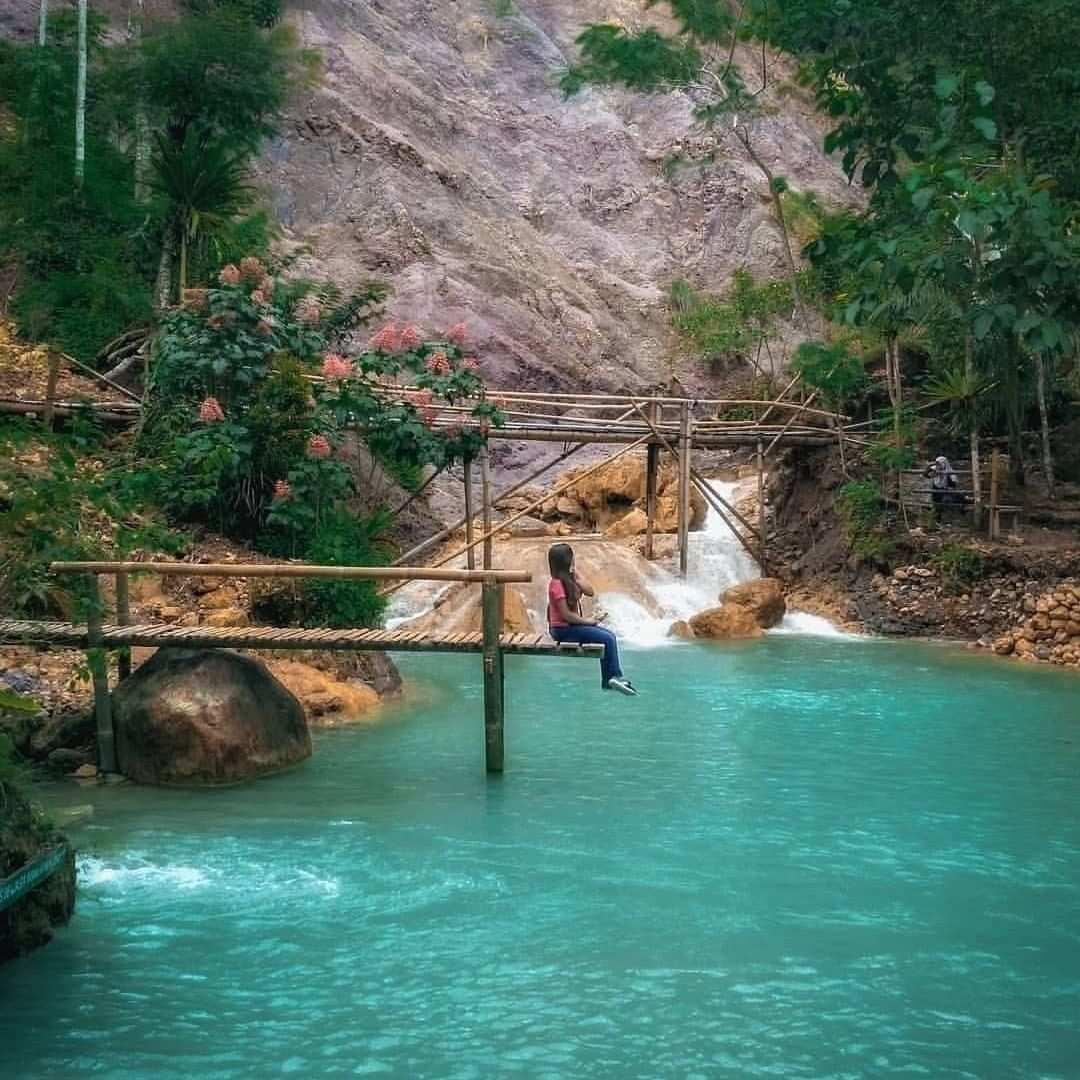 Berfoto di Jembatan Kayu Air Terjun Kembang Soka, Image From @vhie3845