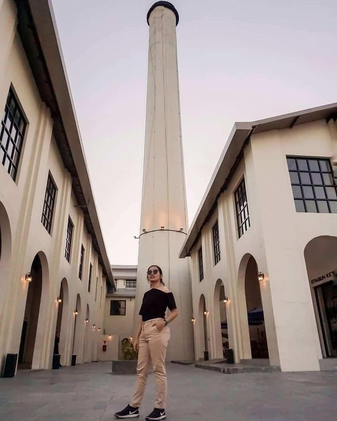 Berfoto di Luar Gedung De Tjolomadoe Karanganyar, Image From @petualangantanseng