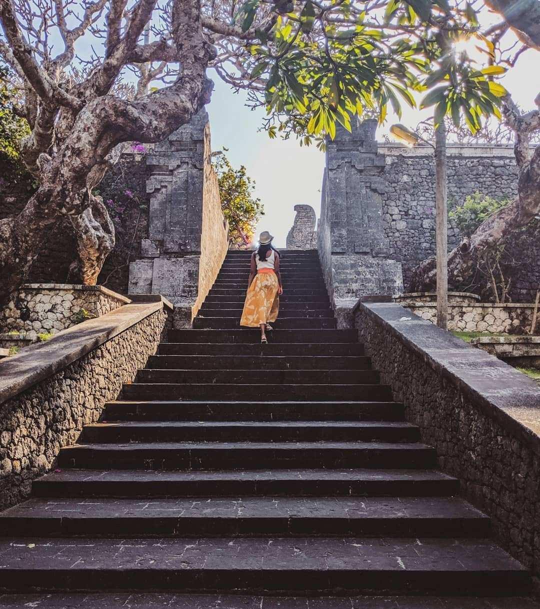 Berfoto di Tangga Uluwatu Temple, Image From @niviyavas