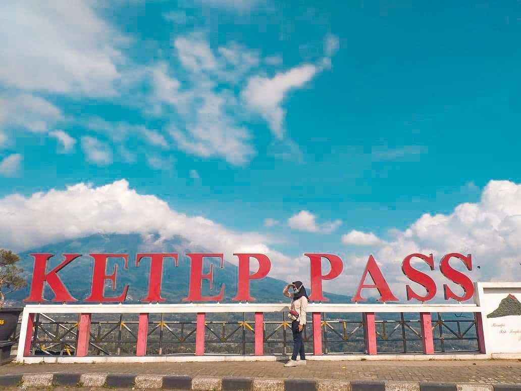 Berfoto di Tulisan Ketep Pass, Image From @alipiyuuu