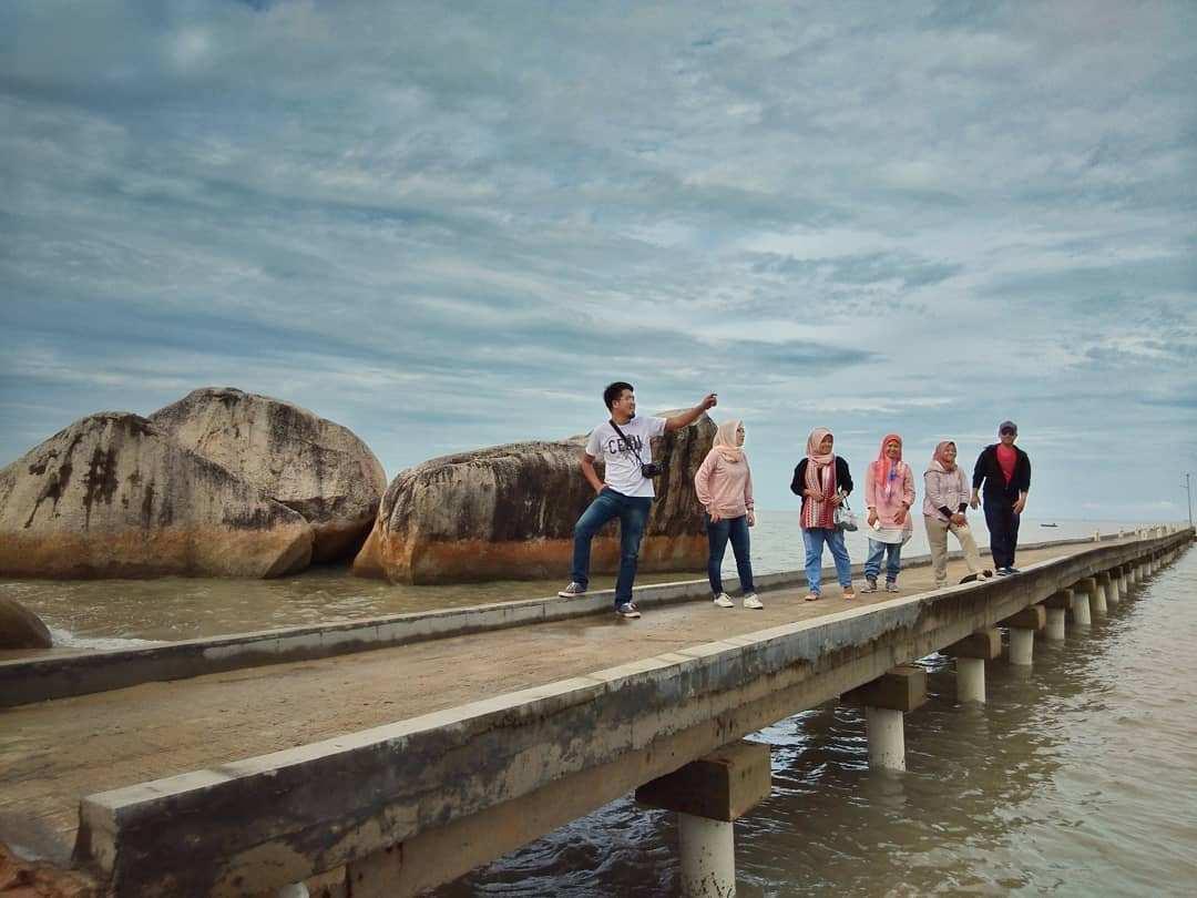 Berfoto di atas jembatan Pantai Batu Perahu Image From @daenglira