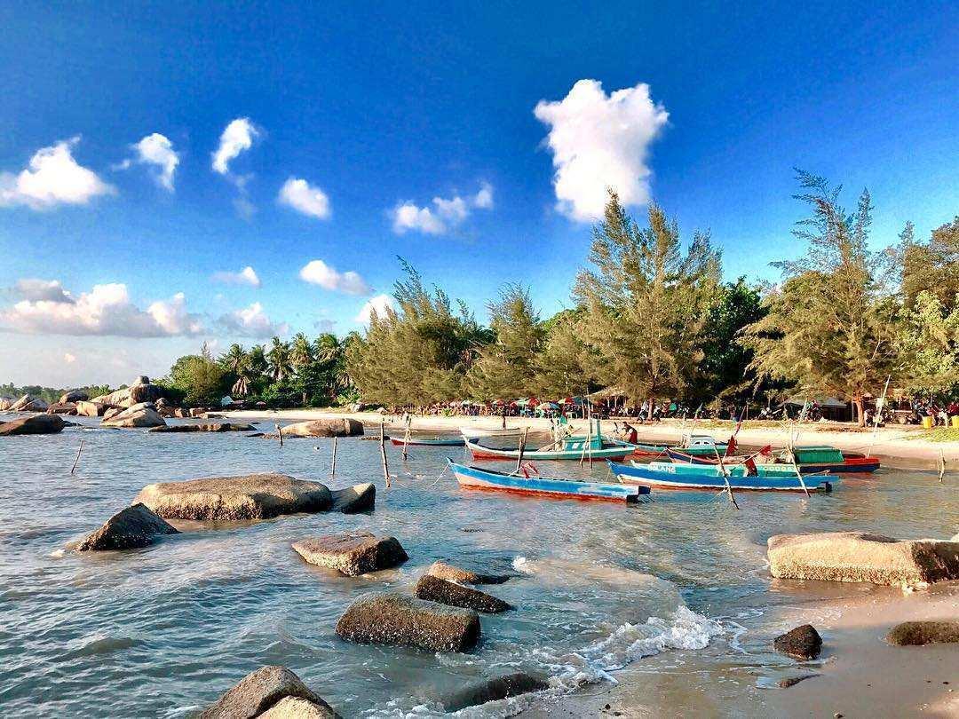 Pemandangan Kapal Dan Batu di Pantai Batu Perahu Image From @julibatubara