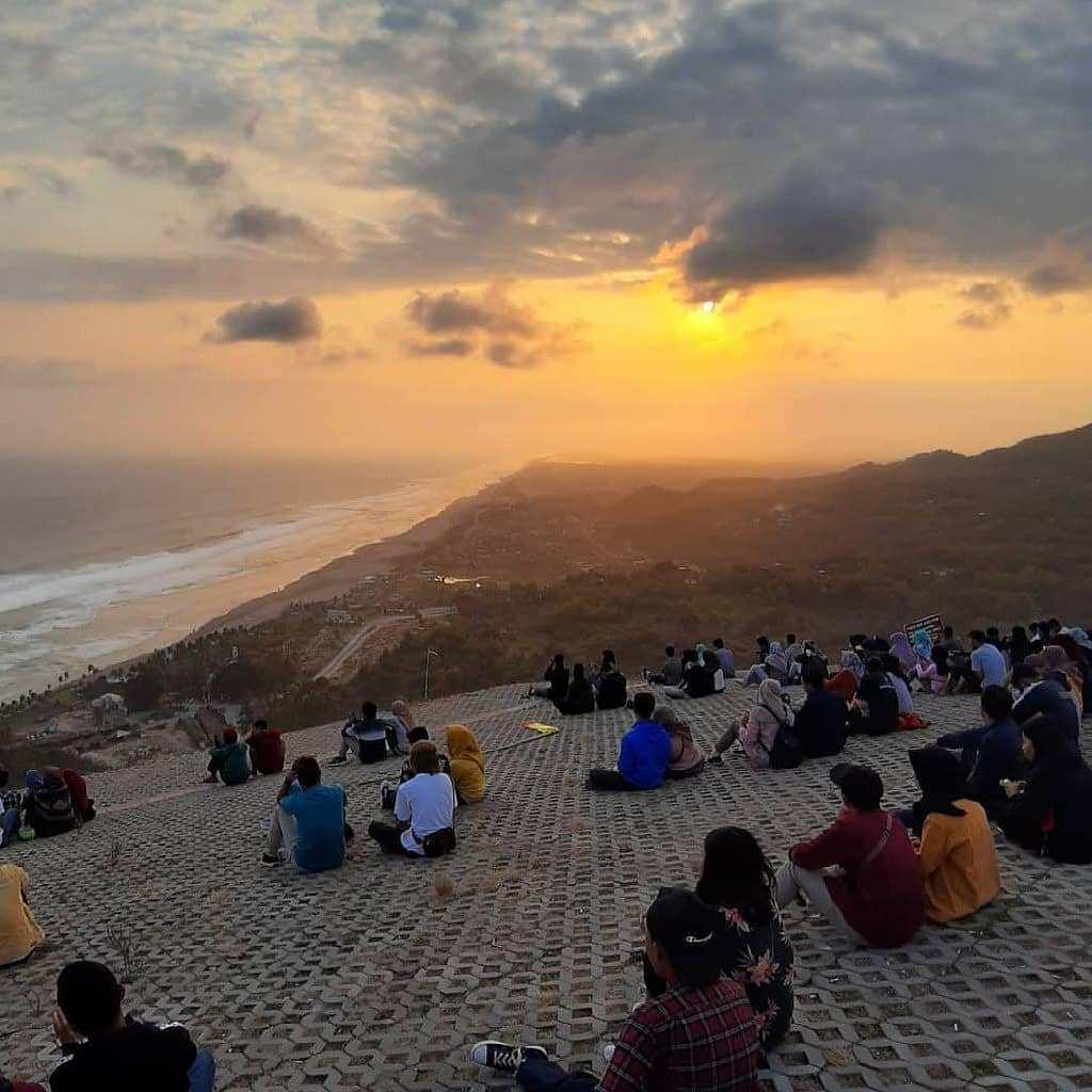 Suasana Pengunjung Menikmati Sunset di Bukit Paralayang Jogja, Image From @jejak_penjelajah