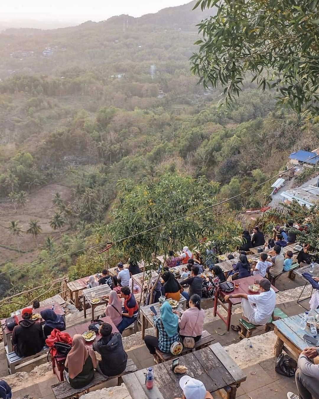 Tempat Duduk dan Tempat Makan di Bukit Paralayang Jogja, Image From @javafoodie
