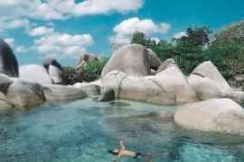 Berenang di Pantai Tanjung Tinggi Belitung Image From @om_funkey 270x180