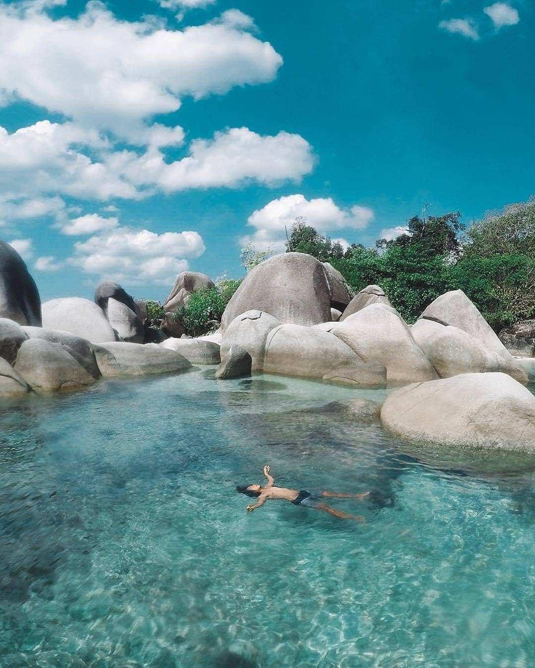 Berenang di Pantai Tanjung Tinggi Belitung, Image From @om_funkey