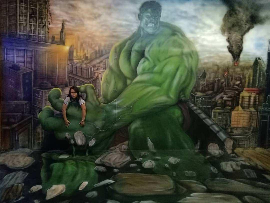 Berfoto Dengan Hulk di Arena Raksasa, Image From @megapuspita_tjong