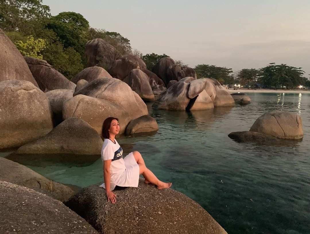 Berfoto di Bebatuan Granit Pantai Tanjung Tinggi Belitung, Image From @maria.c.jenny