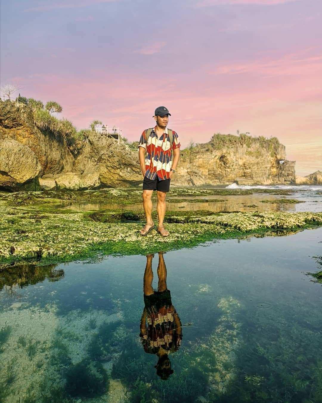 Berfoto di Pinggir Pantai Ngobaran, Image From @adriansappui