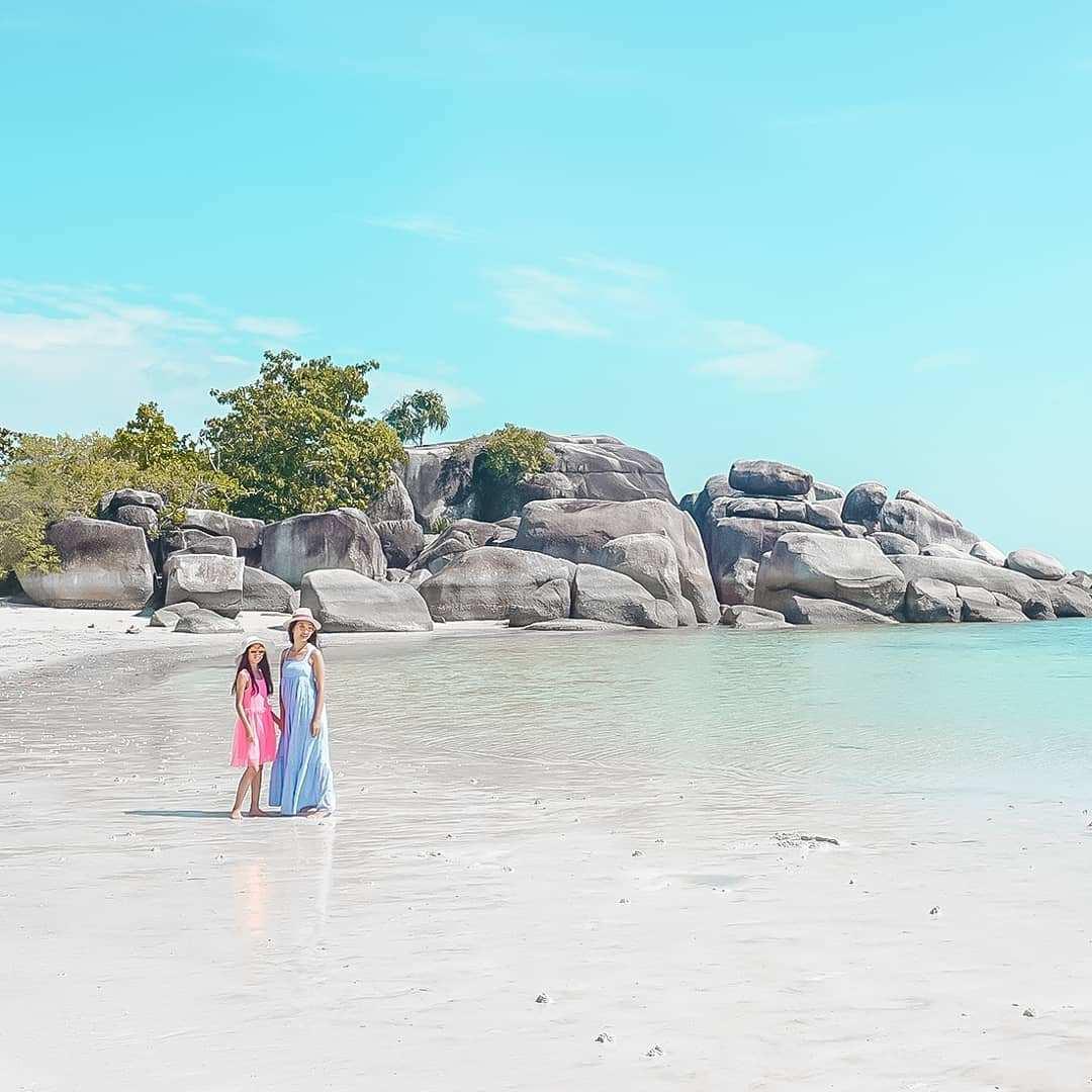 Berfoto di Pinggir Pantai Tanjung Tinggi Belitung, Image From @theresiatristanti