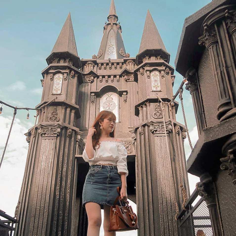 Berfoto di Spot Castle Dago Bakery Punclut Bandung, Image From @bellajie