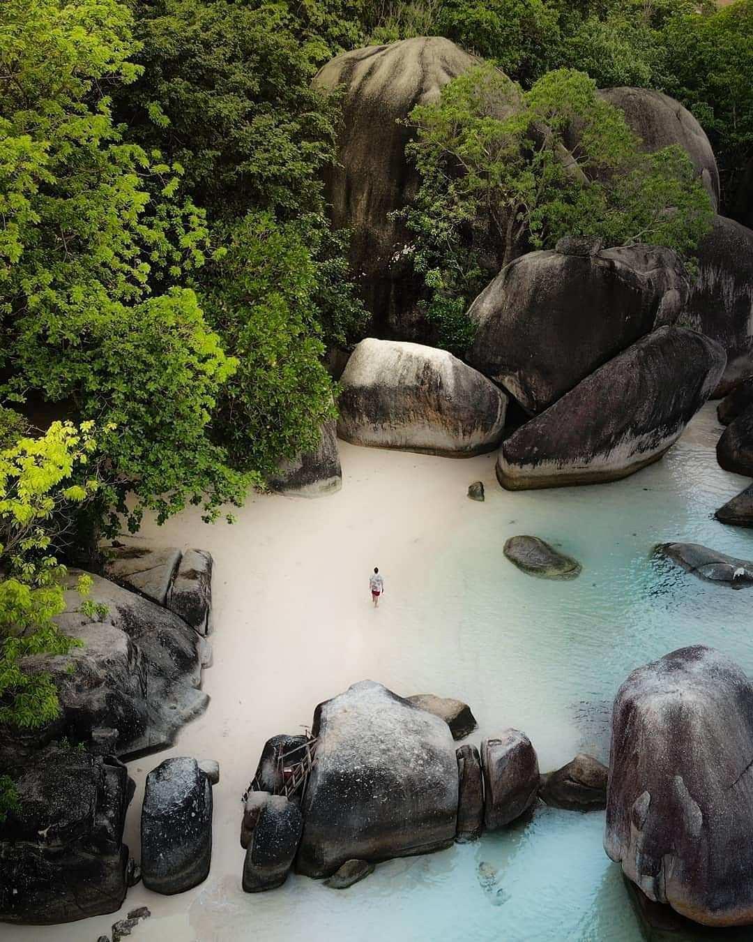 Foto Bebatuan Granit di Pantai Tanjung Tinggi Belitung Dari Atas. Image From @rahaps_
