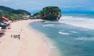View Pantai Indrayanti dari Bukit Watu Gilap, Image From @riskijrs