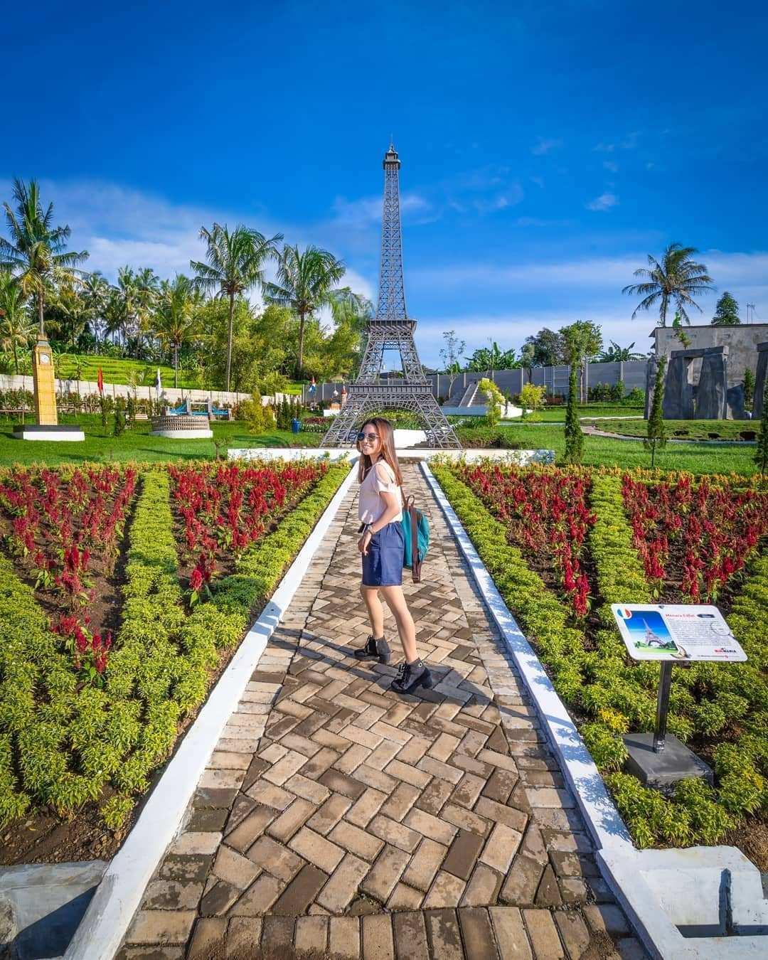 Berfoto Dengan Background Miniatur Menara Eifel di Taman Mini Mania Semarang, Image From @wisatasemarang