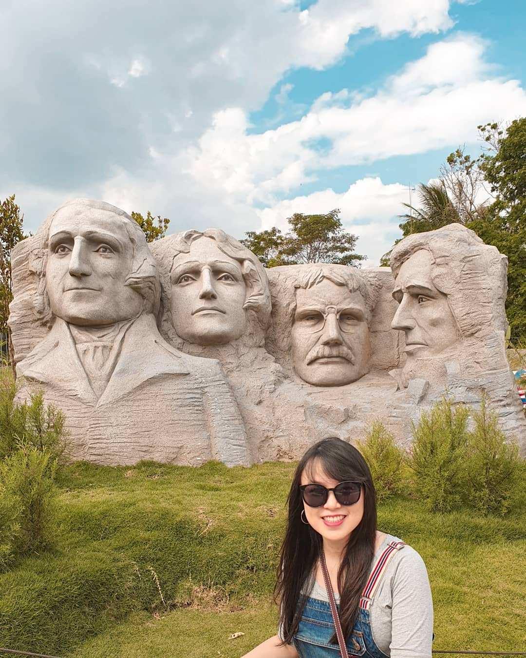 Berfoto Dengan background Gunung Rushmore di Taman Mini Mania, Image From @jane.felicia