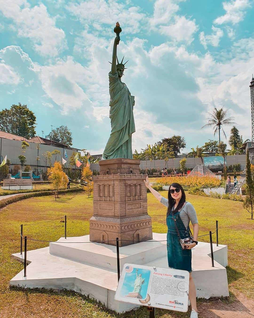 Berfoto di Depan Miniatur Patung Liberty di Taman Mini Mania, Image From @jane.felicia