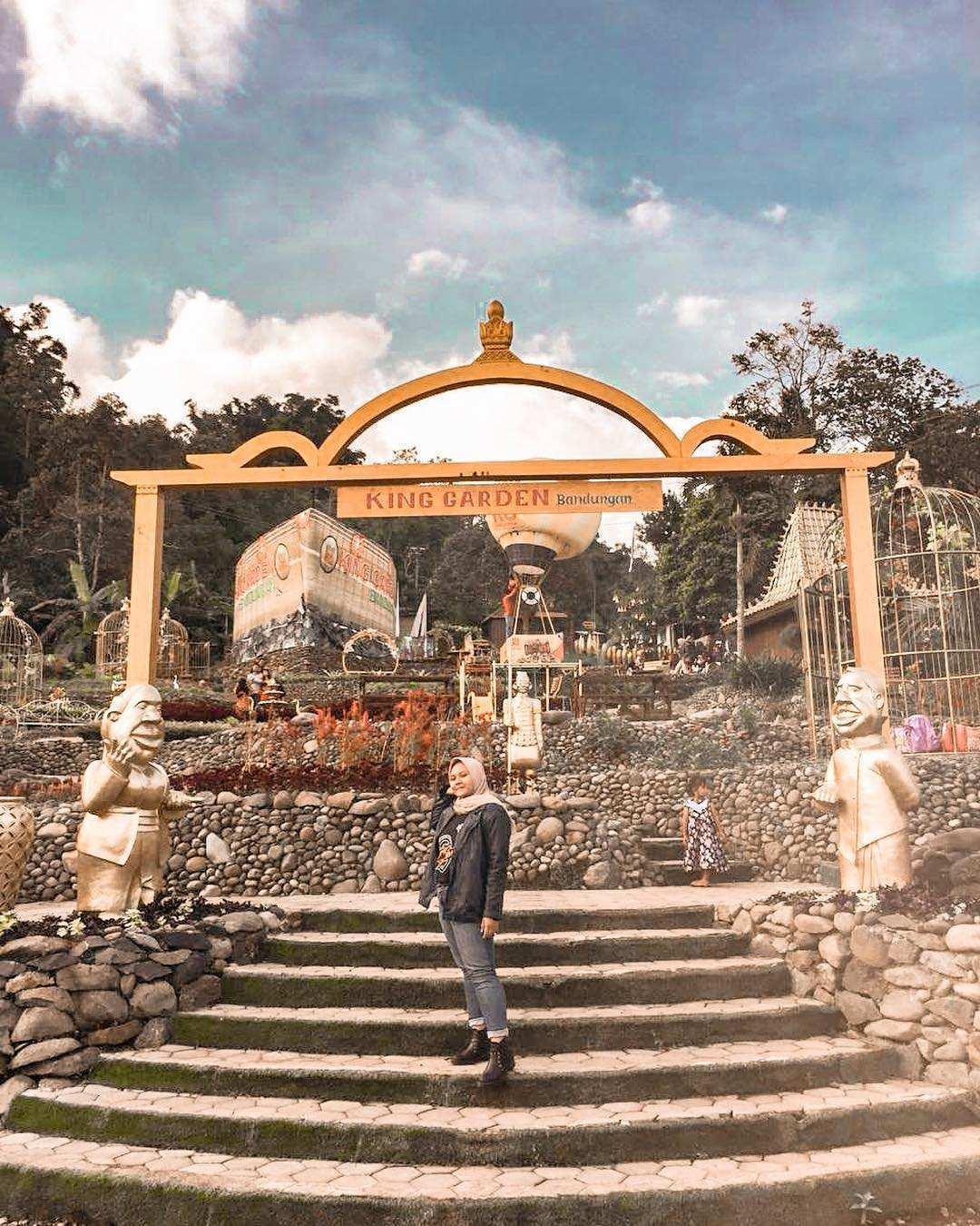 Berfoto di Gapura King Garden Semarang, Image From @intpf