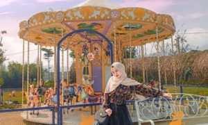 Berfoto di depan Wahana Yang Ada di Fairy Garden Bandung, Image From @putriagstini