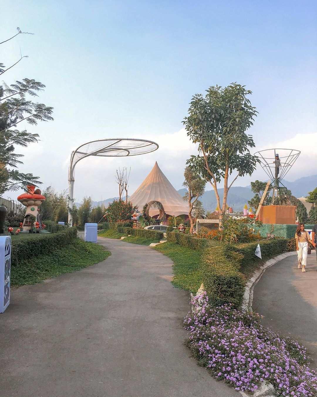 Suasana Jalanan di Fairy Garden Bandung, Image From @_hellonovi