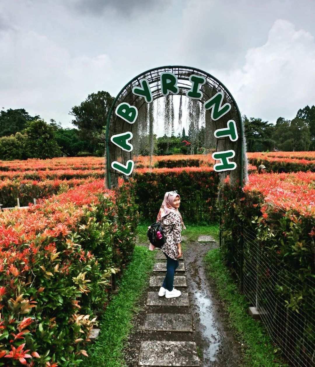 Berfoto di Pintu Masuk Taman Labirin Image From @silviadewi.s