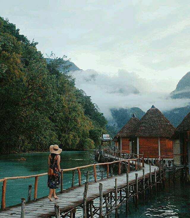 Berjalan di Jembatan Menuju Ora Resort, Image From @tiarapangestika