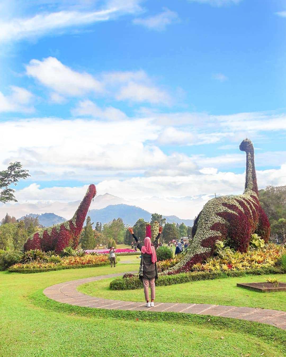 Taman Bunga Nusantara Dengan Pemandangan Dinosaurus Image From @elsa_tumbir