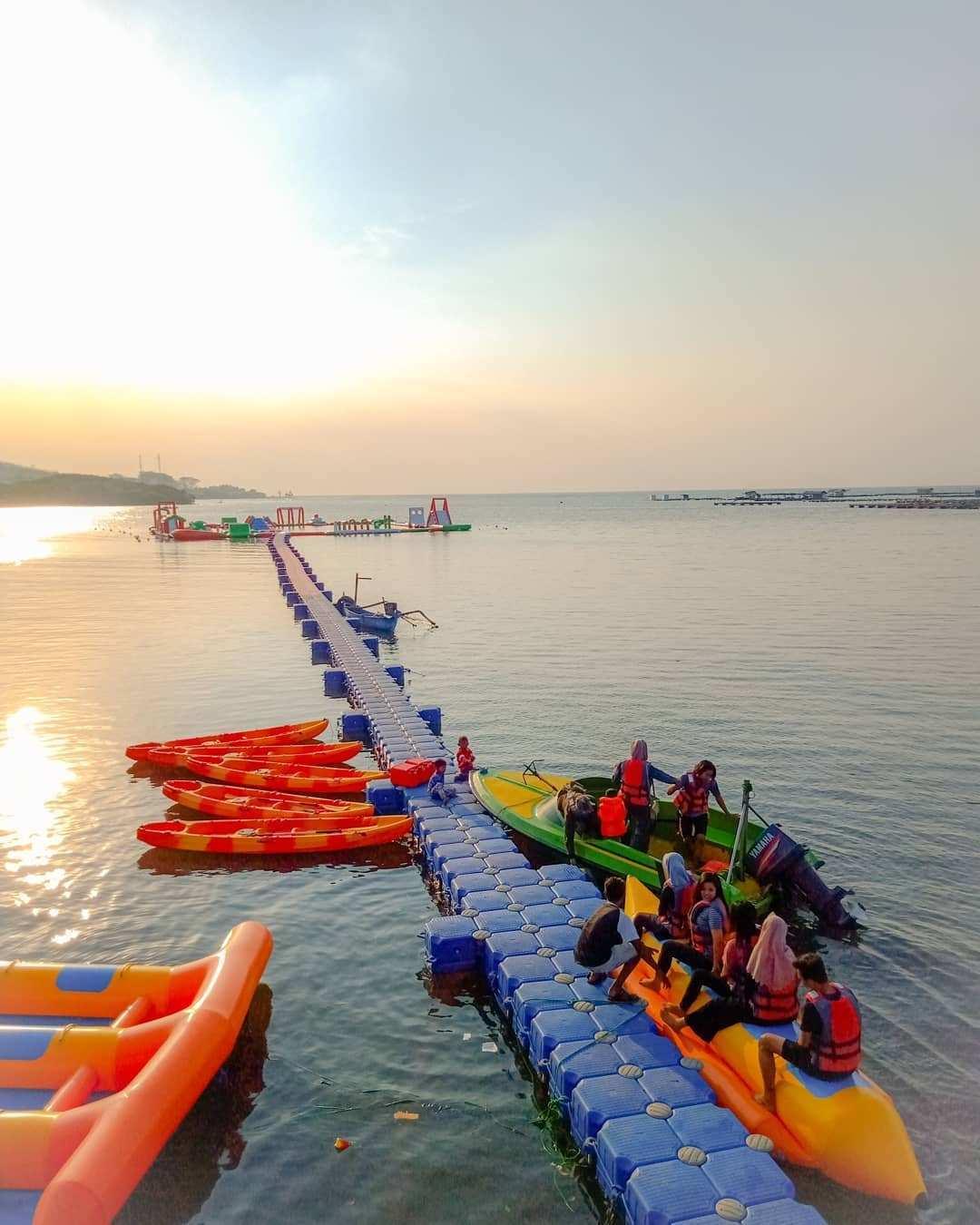 Banana Boat dan Floating dock di Wisata Kampung Kerapu Situbondo, Image From @kampungkerapusitubondo