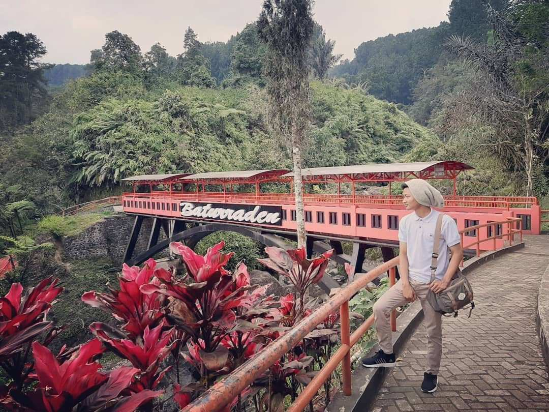 Berfoto Dengan Latar Belakang Jembatan di Lokawisata Baturraden, Image From @mubarok_agung07