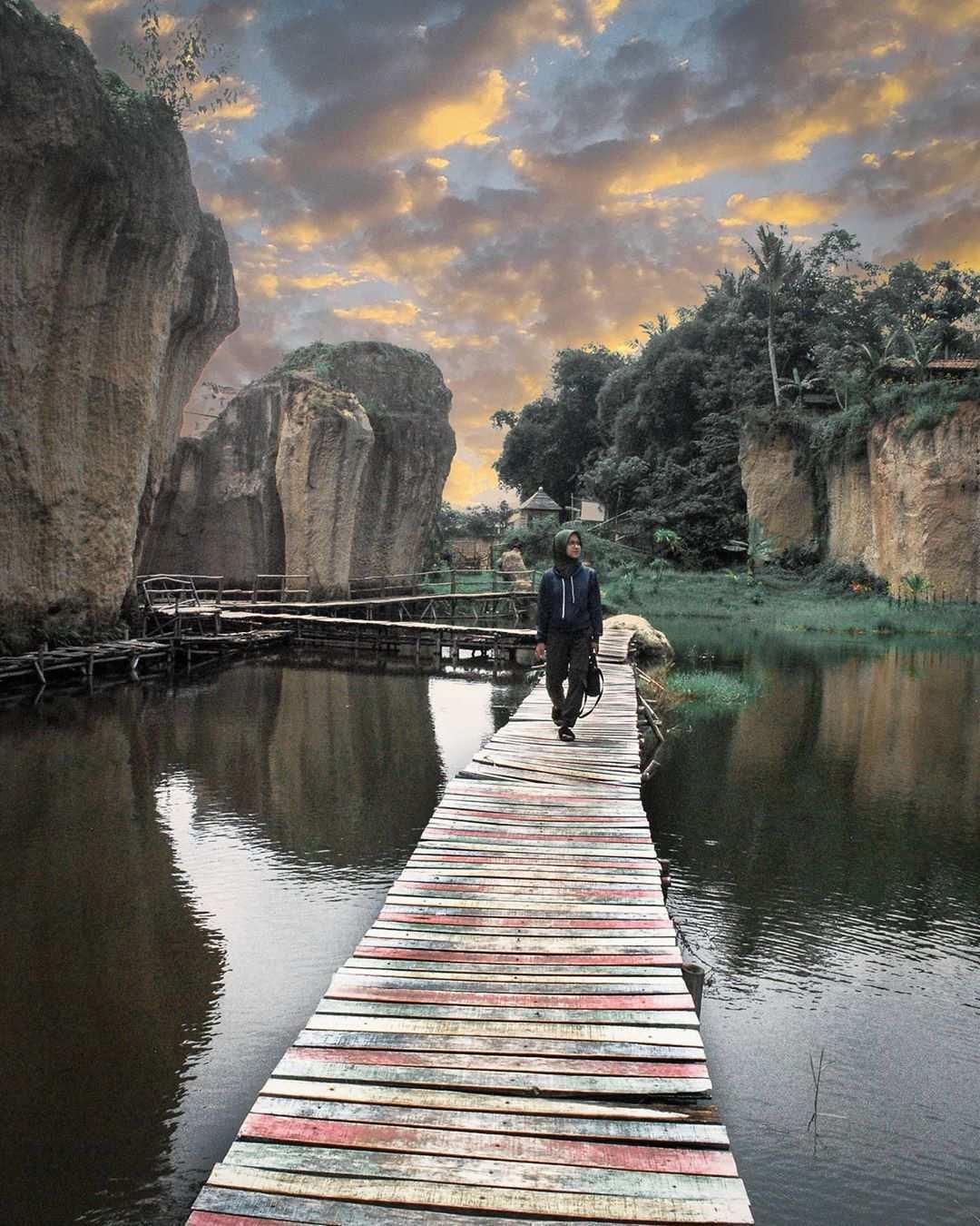 Berfoto di Jembatan Yang Ada di Tebing Koja Tanggerang, Image From @gri_abd17