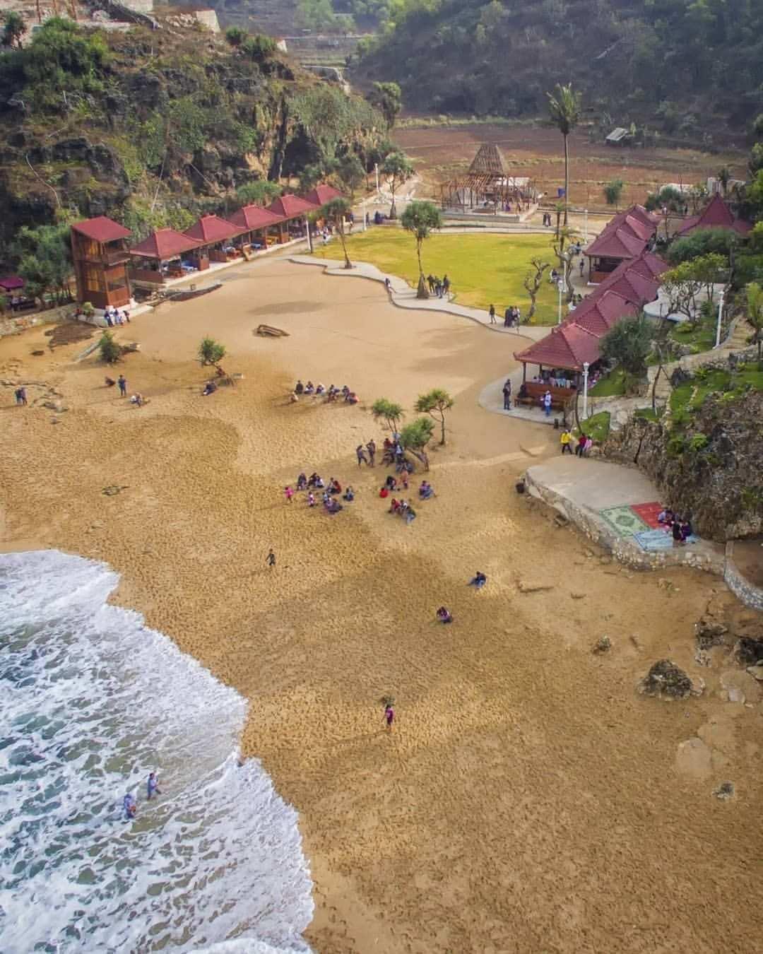 View Pantai Ngrawe Dari Atas Arah Laut, Image From @@arif_josselalu