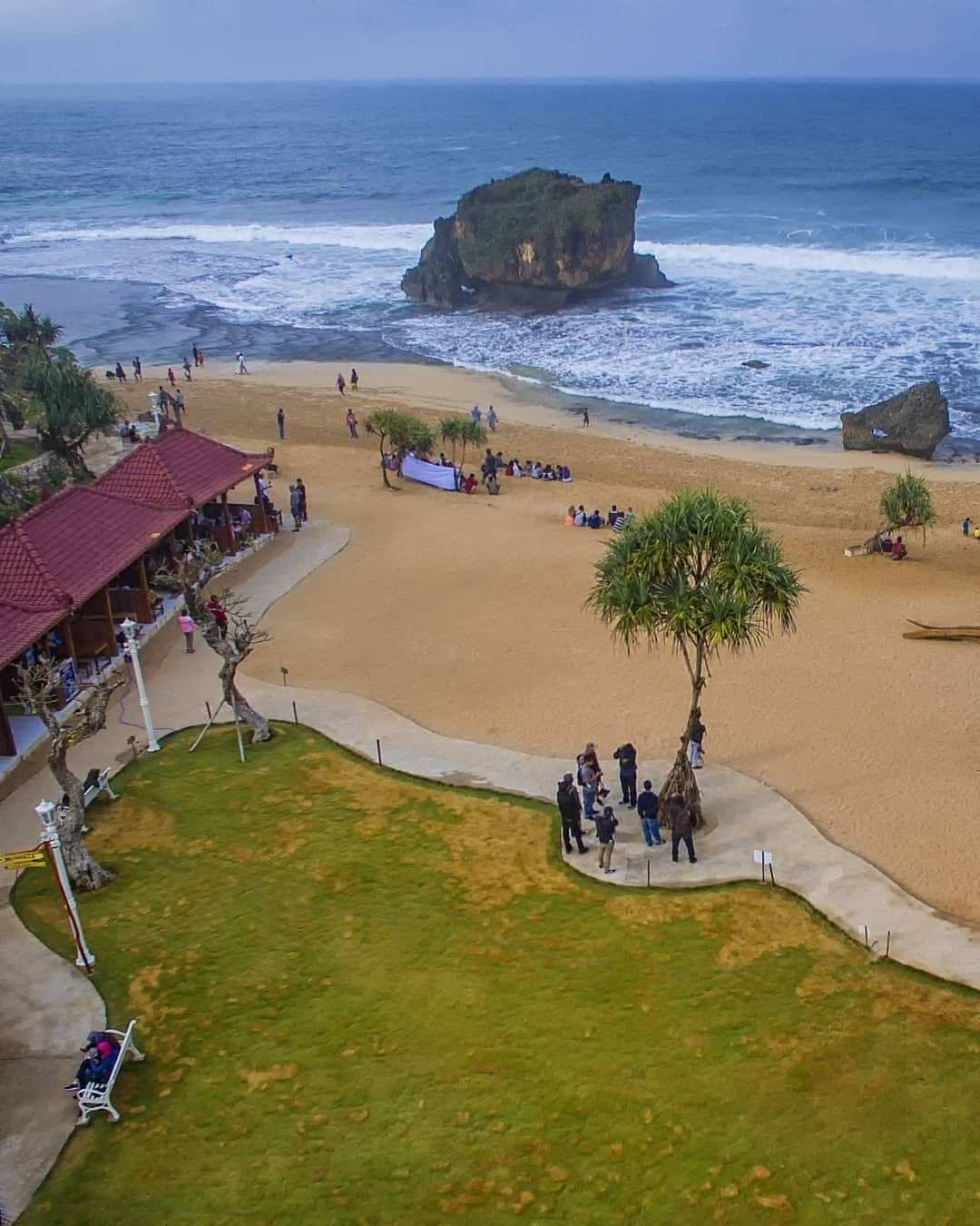 View Pantai Ngrawe Dari Atas Arah Taman, Image From @arif_josselalu