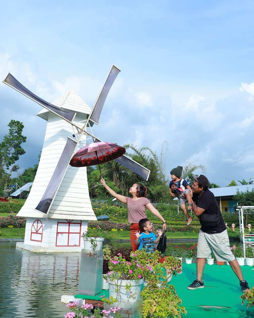 Berfoto Bersama Keluarga di Alamanda Jogja Flower Garden, Image From @eugeneephandanaru