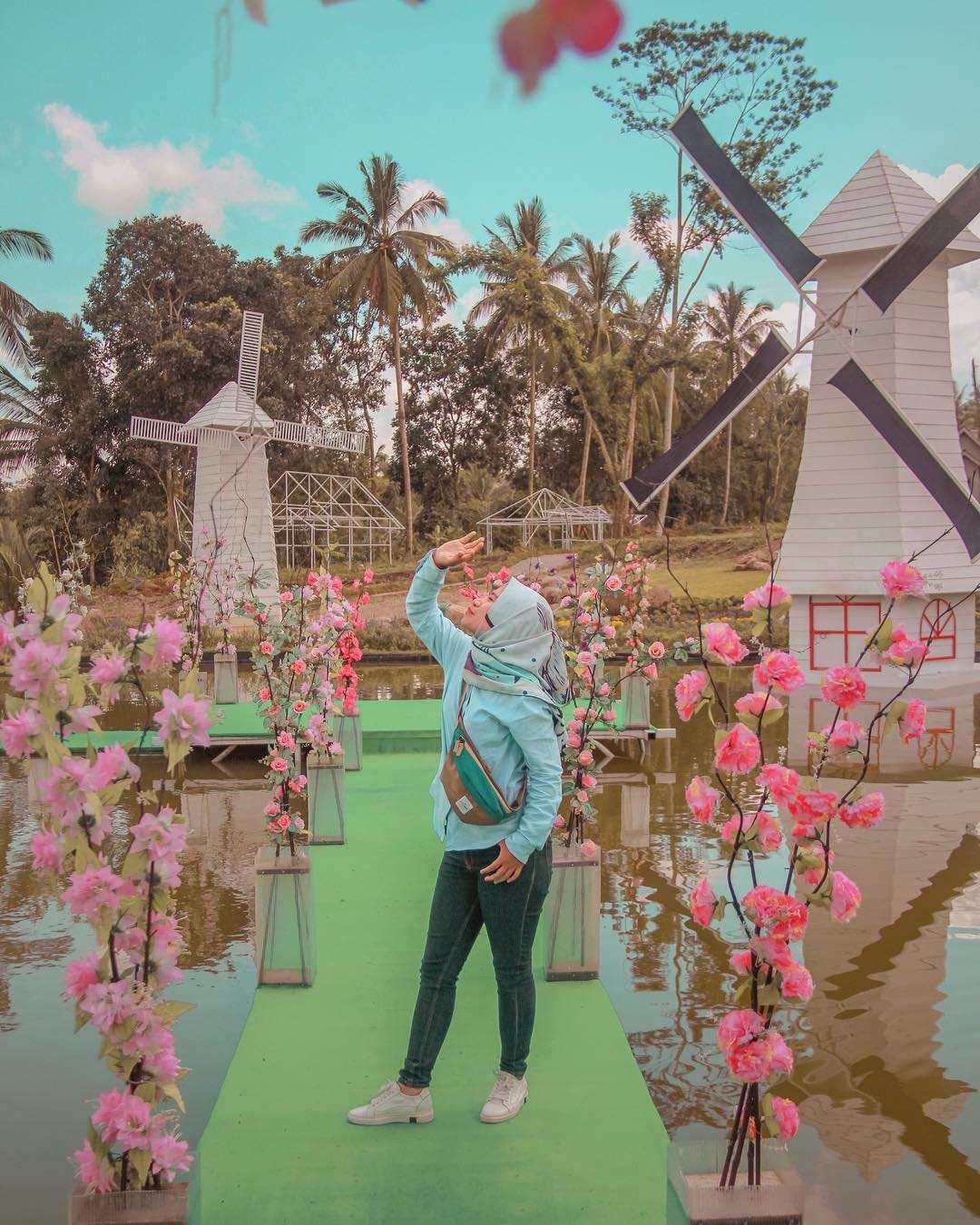 Berfoto di Jembatan Yang Ada di Alamanda Jogja Flower Garden, Image From @heidika