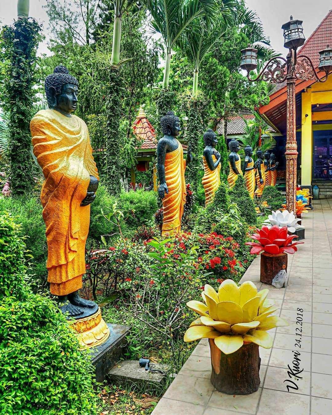 Berbagai Patung dan Taman Yang ada di Maha Vihara Majapahit, Image From @vincentius_kuori
